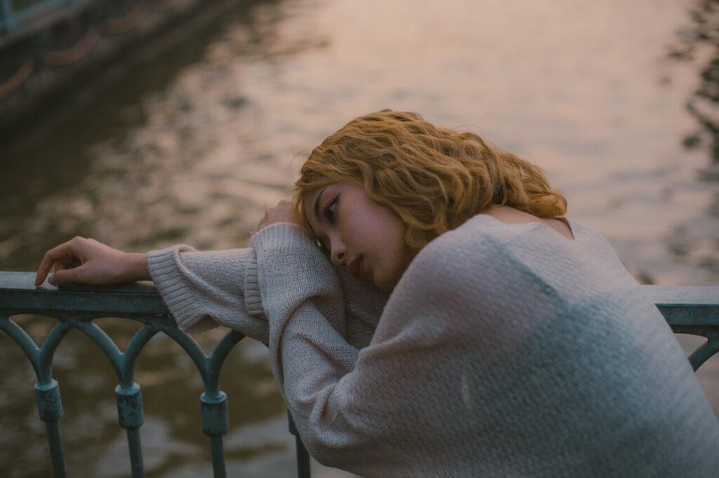 ペットロスで悲しむ女性2